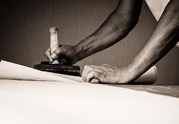 Rigueur pose papier peint, toile à peindre pour un résultat professionnel
