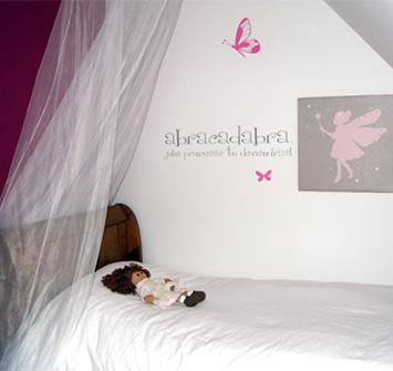Déco murale chambre petite fille / peinture et stickette