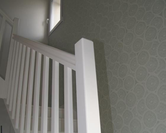 papier peint Atelier MOUTI dans cage d'escalier, escalier peint en blanc