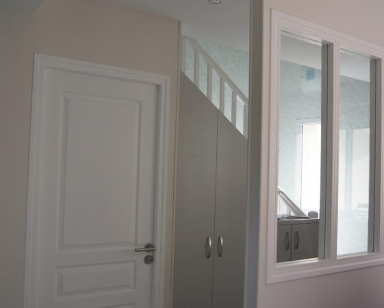 verrière peinte en blanc pur, boiserie peinture blanche, papier peint ATELIER MOUTI