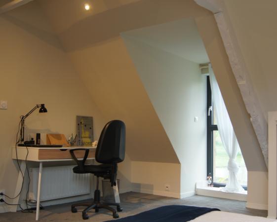 coin bureau, chambre sous rampant, peinture poutre blanche, murs peinture blanc cassé